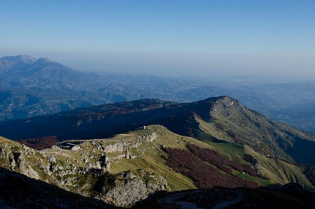 Beim Aufstieg zur Rifugio Franchetti. Man sieht die Liftstation und die Ruine auf der Gratrippe.