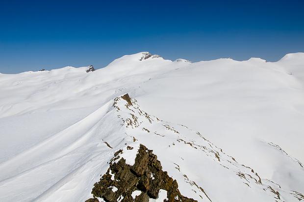 Schon am Stockhorn vorbei, hinten die Cima di Jazzi, nun nach rechts Richtung Monte Rosa.
