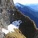 Querung der Flanke unter den Falknistürm. Vereinzelte Schneefelder verlangen etwas Vorsicht