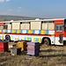 An den südöstlichen Ausläufern des Aragats - Während die Bienen im Vordergrund in einfachen Holzbauten hausen, residieren ihre Kolleginnen hinten im umgebauten Reisebus Ikarus 250.59 aus ungarischer Produktion.