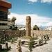 La Paz - Figuren aus der Tihuanaco-Periode<br />Hinten die 6000er der Kordilliere, in Wolken (wie ständig, als ich dort war)