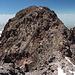 Aragats-Nordgipfel - Blick auf den ausgesetzten und brüchigen Übergang zum Gipfelkreuz.