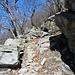 weiter, vorbei an ausladenden Felsen
