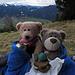 Oster - Brotzeit.../ Merenda pasquale....<br /><br />Die [http://www.hikr.org/gallery/photo2011360.html?post_id=105974#1 Kameraden], die sonst immer dabei sind, sind leider noch nicht wieder trocken. Zum Glück gibt es bei uns ja noch andere Bärchen und der Rufus will auch mal wieder mit:-)<br /><br />Gli [http://www.hikr.org/gallery/photo2011360.html?post_id=105974#1 amici], che mi accompagnano in montagna di solito, non sono ancora asciugati. Per fortuna ne ho ancora altri e il Rufus vuole anche andare in montagna una volta.