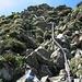 Abstieg über gut gesichterte Felsstufe auf dem Grat Richtung Rossalpelispitz