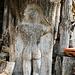 In die Jahre gekommene, aber noch wohlgeformte Holzskulptur oder so was ähnliches an einem Holzschuppen