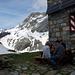 Feine Flädlisuppe zur Stärkung. Links der Hütte der Gemsfairenstock (2972m). In diese Richtung sieht das Wetter doch noch ganz ordentlich aus...