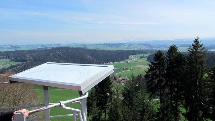 Ein Bild, das draußen, Berg, Gras, Gebäude enthält.  Automatisch generierte Beschreibung