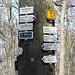 """Pod Březinou - Hier, sozusagen """"Unter der Březina"""" beginnen wir unsere heutige Tour. Am Wegweiser an der Straße Kostomlaty - Milešov treffen etliche Wege aufeinander. Wir begeben uns zuerst auf einem Waldsträßchen nach Březina. Später werden wir über die blau markierte Wanderroute aus Richtung """"U velké jedle"""" hierher zurückkehren."""