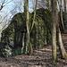 """Im Aufstieg zum Kamenný vrch - Zwischendurch geht's immer wieder an Felsen vorbei. In Anbetracht des Namens der Erhebung überrascht es allerdings nicht wirklich, ab und zu auf """"Stein"""" zu treffen."""
