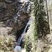 gegen den Talschluss des Valle di Stuello wird ein zur Zeit viel Schmelzwasser führender Bergbach gequert ...<br />