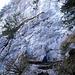 ...führt kurz unter einer Felswand entlang...