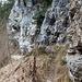 der Bouldersteig führt entlang von Felswänden