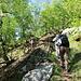 auf dem Wanderweg entlang großer Felsbrocken
