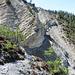unterhalb des Felsens sieht man den abgerutschten Weg