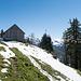 P.1560. Die Hütte befindet sich direkt oberhalb einer Felswand.