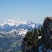 Blick vom Westgipfel zum Hauptgipfel. Im Hintergrund der Alpstein.