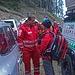Der Bergrettungsarzt bespricht sich mit seinem Kollegen vom Roten Kreuz