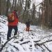 Aufstieg durch tief verschneiten Wald.