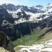 Tiefblick auf die Altenalp und die Alpen Oberstoffel hinter dem Seealpsee. Die Meglisalp drüben hat sich gerade so vom Schnee befreit