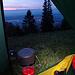 Ein kalter Morgen, Frühstück im Schlafsack, mit Blick über die Lichter des Mittellandes