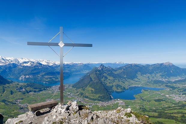 Gipfelkreuz mit Bänklein auf dem Kleinen Mythen