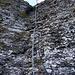 Mit Seil und Kette gesicherte Steilstufe