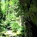 Der Weg verläuft teilweise unter Felsen hindurch.