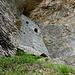Eindrückliches Gemäuer, das sich in eine Felsnische schmiegt