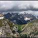 Birkkarspitze mit Schnee und Kaltwasserkarspitze in Watte gehüllt