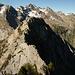 Blick zurück auf den Grat zwischen den Gipfeln 2298 und 2251: während der Grat aus der Vorwärtsperspektive grasig wirkt, erscheint er aus der Rückwärtsperspektive felsig. Darüber wieder der Piz de Cressim