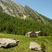 Ankunft auf der Alp de Quarnei, darüber Corni di Poz und Pizzo di Campel