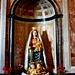 In der Apsis befinden sich eine kleine Andachtskapelle mit dieser wunderschönen Madonna und bewegende Votivtafeln