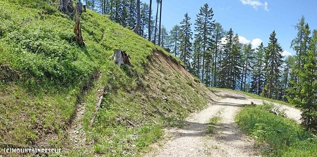 Bei der letzten Kehre vor der Schellanderhütte zweigt ein Steig Richtung Kleinobir ab