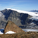 Über dem Felskopf des Nordgrates (Punkt 3245m) baut sich die Südwand der Weißseespitze auf. Rechts, in der Ferne über dem Gepatschferner Gipfel des Kaunergrats.