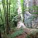 Blick zu den Grottes Moines, im Vordergrund der Abstiegspfad