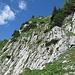 Die Felsstufe auf dem Hundsteinweg kann entlang den Markierungen leicht überwunden werden. In der Vergrösserung sieht man sowohl die Markierungen als auch die beiden Steinbockkitze, die mich eine Zeit lang begleiteten.