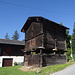 Ein typischer Walserhaus mit Mäuseplatten in Wiler