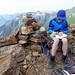 ..Timi beim Studium des Gipfelbuchs.