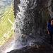 Der Durchschlupf des Wasserfalls auf dem Gleckstein-Hüttenweg