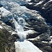Immer wieder donnern Eismassen vom oberen Teil des Oberen Grindelwaldgletschers auf dessen unteren Teil