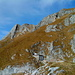 Weiterweg zum Aggenstein (links die Südwand mit dem Vorgipfel und rechts der Hauptgipfel mit Kreuz  und dem Abstiegsweg)