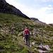 Der markierte Weg (T2) fuehrt noerdlich um den Felsklotz herum, wo man nach ca. 1km eine deutl. Bresche in der Wand findet, die einen auf den Gipfelgrat bringt. Trotz des sonnigen Wetters ist der Weg allerdings immer noch ziemlich nass, mit einigen sumpfigen Stellen.
