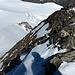 Brüchiger Abstieg auf den Gletscher. Wir holten über die beiden Schneefelder rechts der Bildmitte aus, um in etwas weniger steiles Gelände zu gelangen.