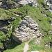 Links am Felsblock geht's vorbei, nach rechts sind ausreichend viele kleine Stoppschilder angebracht