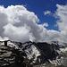 Ankunft auf dem Rotgrätli bei vor einer gewaltigen Wolkenwand und einem langen Grat