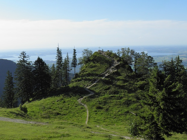 """ein ganz spezieller, aber namenloser """"Gipfel"""" nahe der Bründlingalm. Er bietet beste Aussicht nach Norden und fällt hinter dem Kreuz über 100m senkrecht ab..."""