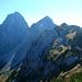 Im Zustieg zum Schartschrofen - Blick nach Osten auf die Gipfelprominenz der Tannheimer Berge. Unten rechts das Hallergernjoch. Links unten der Steig zur gelben Scharte.