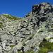 Der Bergweg führt durch diese Felsblöcke