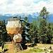 Una delle installazioni dello Zirben Park: uno scivolo che parte da una piattaforma su cui si troba un cannocchiale che riporta i nomi delle montagne intorno.